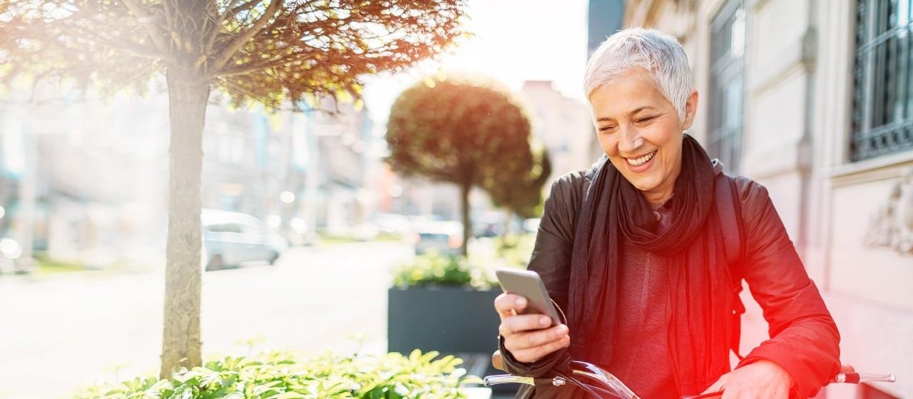 Frau überprüft am Smartphone ihr Girokonto.