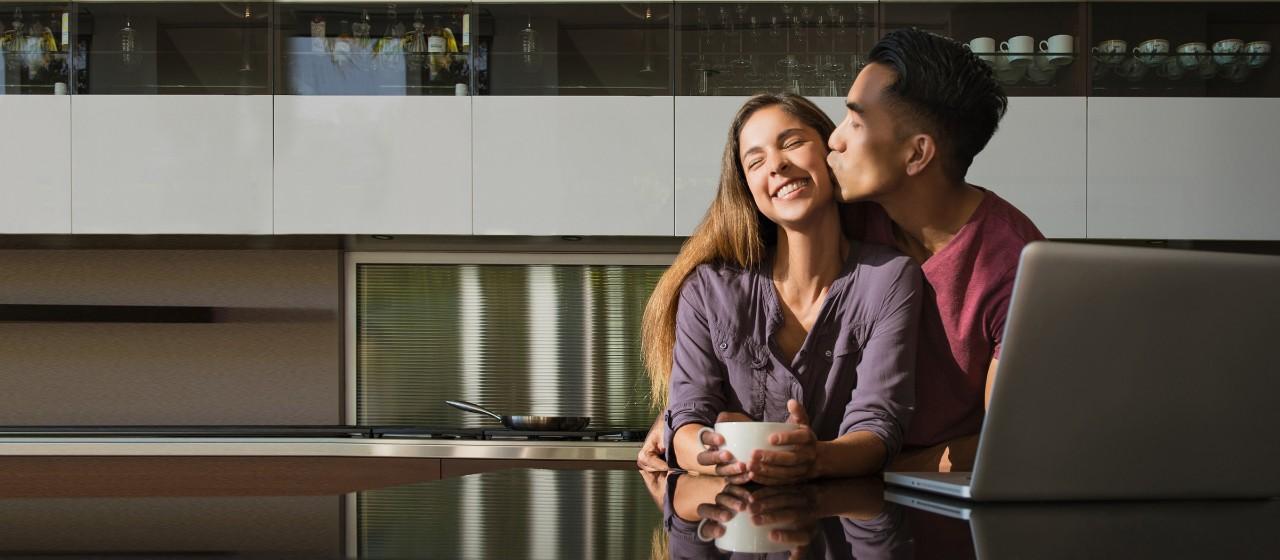 Junges Paar mit Kind im Neubau