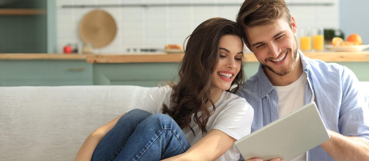 Junges Paar mit Tablet