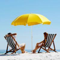 Strand mit 2 Sonnenliegen und Sonnenschirm