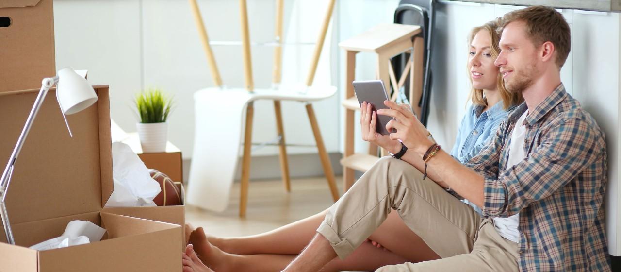 Mann und Frau sitzen auf dem Fußboden